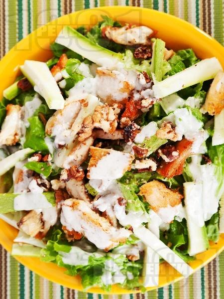 Зелена салата с пържени пилешки жулиени от гърди, тиквички, орехи и сос от майонеза, лимон и мед - снимка на рецептата